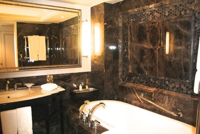 Staying in istanbul in stlyle at the shangri la hotel for Shangri la bathroom