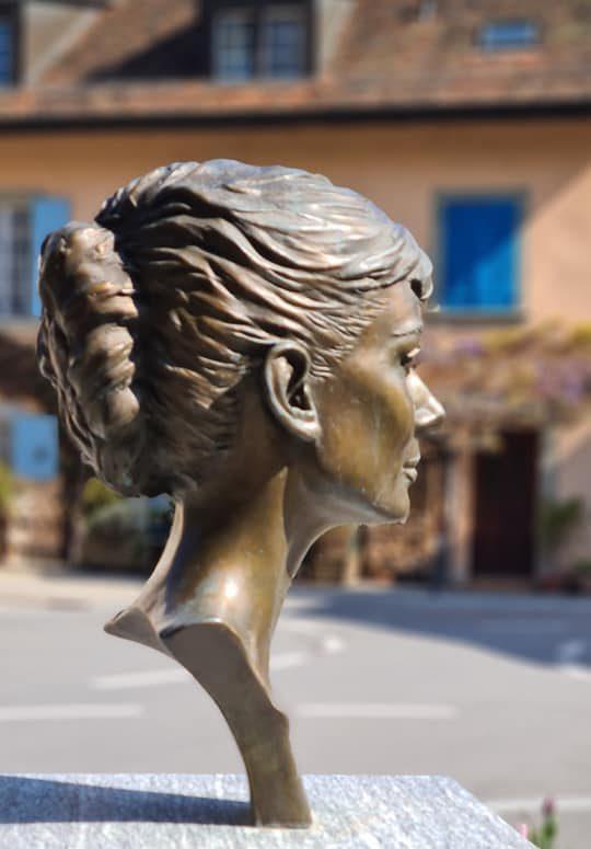 Address Hepburn bronze bust Tolochenaz near Morges